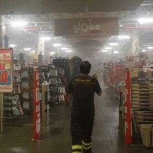 Bari, fiamme all'interno del negozio sportivo Globo: clienti in fuga, nessun ferito