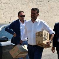 Bari, sbarcano 644 migranti, il sindaco aiuta i soccorritori