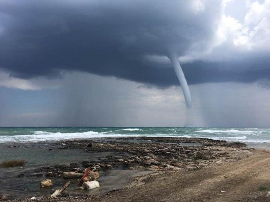 Ostuni, lo spettacolo della tromba d'acqua nell'Adriatico