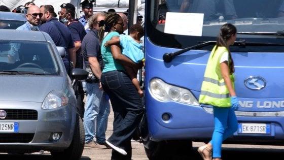Accoglienza migranti a Bari, il Comune contro la Croce Rossa: sottratti viveri e indumenti per i profughi