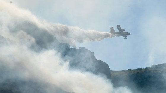 Incendi, riprendono le fiamme alle isole Tremiti: turisti bloccati per il mare in burrasca