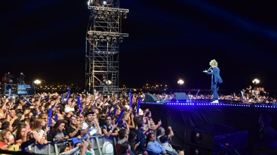 Bari, 15mila in piazza per Battiti: lo spettacolo sul lungomare tra metal detector e blocchi anti tir