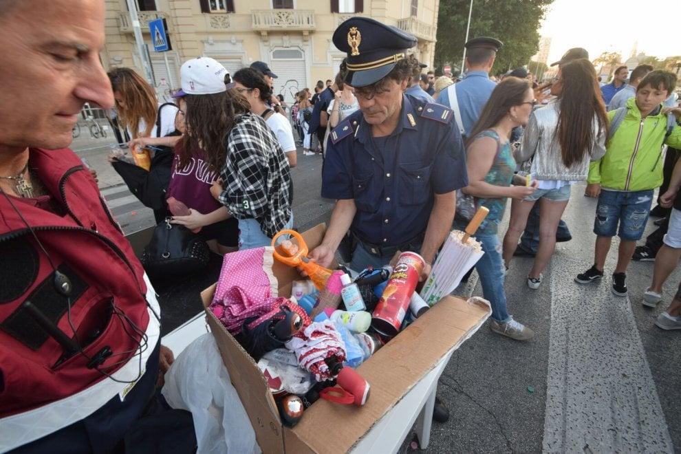 Bastone per i selfie e shampoo: sequestri ai varchi per lo show in piazza a Bari