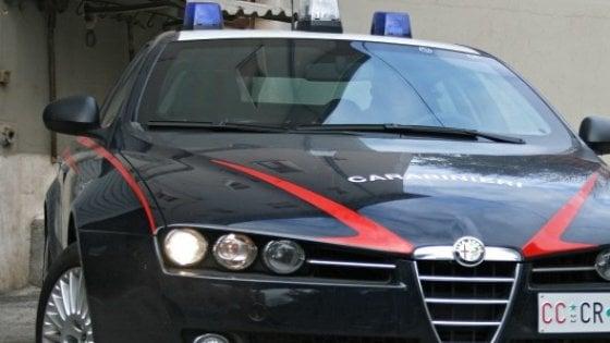 Taranto, 16enne accoltella il padre del rivale in amore: arrestato per tentato omicidio