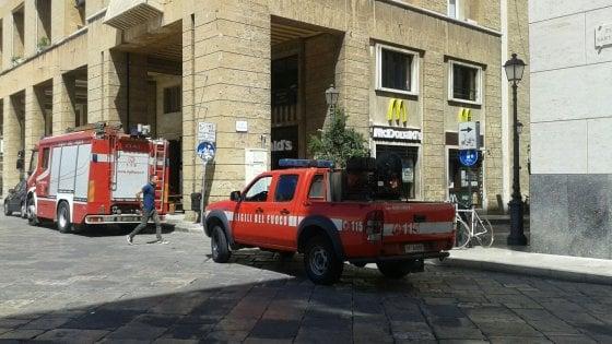 Lecce, si staccano pezzi di cornicione dal palazzo: paura nel centro storico. Nessun ferito