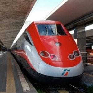 Treni, Frecciabianca Milano-Lecce parte senza una carrozza: i passeggeri viaggiano in piedi