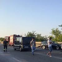Taranto, due morti nello scontro fra tre auto sulla statale 100. Gravissima