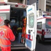 Lecce, l'auto sbatte contro un ulivo e prende fuoco: muore un ragazzo di