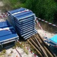 Salento, duna sbancata con sdraio e ombrelloni abusivi: spiagga sequestrata
