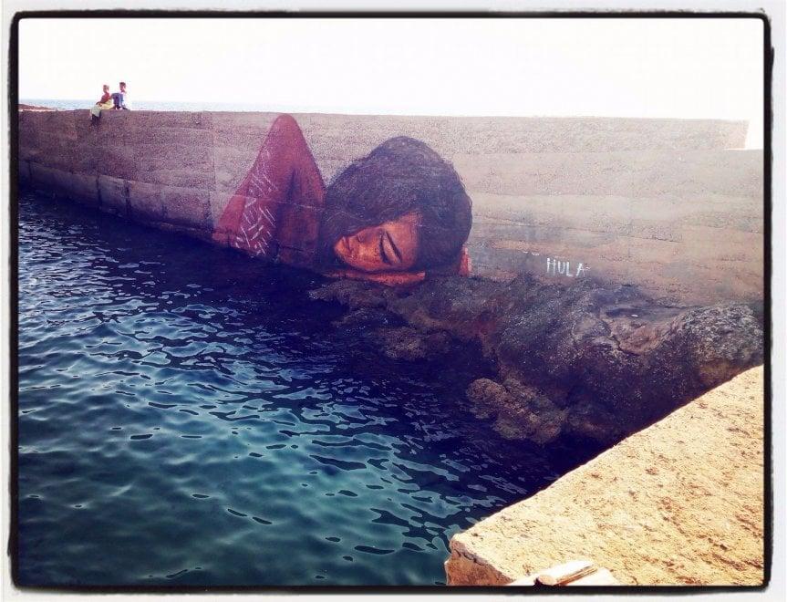 Una venere moderna che dorme sulle onde del mare...