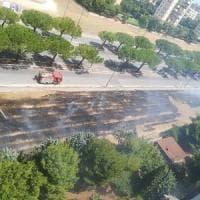 Bari, incendio attorno al Palaflorio: una colonna di fumo avvolge Japigia