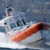 Bari, canotto alla deriva per il forte vento: due ventenni soccorsi a due