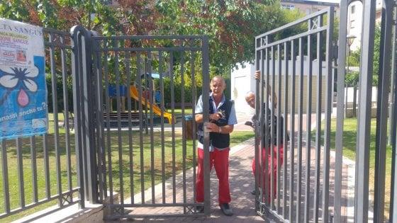 """Bari, la denuncia del parrocco: """"Le chiavi del parco a chi spaccia"""". E il sindaco cambia la serratura"""