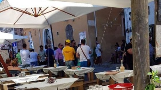 Sparatoria in ristorante a Vieste, ucciso un giovane. Killer in fuga