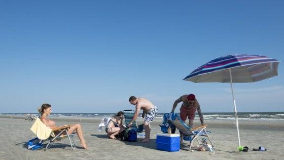 """In spiaggia con la borsa frigo, sullo Ionio si paga un extra di 5 euro: """"Troppi rifiuti dai pic nic"""""""