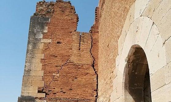 """Il sindaco di Lucera si incatena alla fortezza: """"Cade a pezzi, pronto a cederla ad altre nazioni"""""""