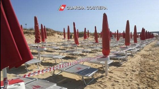 Salento, l'erosione ruba la spiaggia e il lido si allarga: sigilli a ombrelloni e sdraio tra i bagnanti