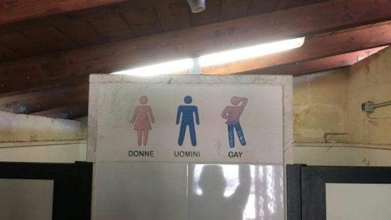 """Salento, cartello omofobo nell'agriturismo: """"C'è la toilette per gay"""". Bufera sui social"""