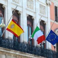 Bari, bandiere a mezz'asta per la strage di Barcellona