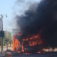 Bari, autobus Amtab senza passeggeri va a fuoco per strada: ferito l'autista, non è grave
