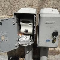 Lecce, la colonnina Enel forzata per ricaricare il telefono
