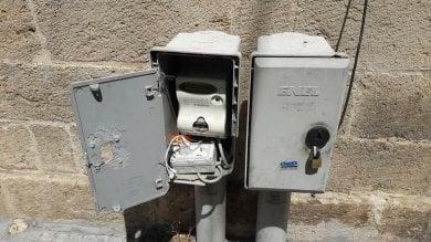 Foto  Lecce, la colonnina Enel forzata per ricaricare il telefono