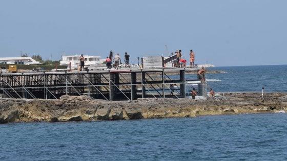 Matrimonio Spiaggia Monopoli : Monopoli spunta una maxi piattaforma sul mare per le