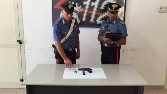 Bari, si aggira con una pistola pronto a sparare: arrestato 35enne pregiudicato