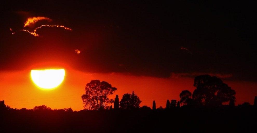 Salento, un sole rosso fuoco colora il tramonto
