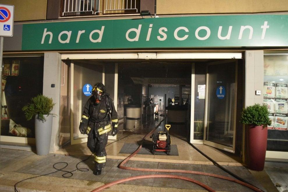 Bari, incendio distrugge discount appena inaugurato