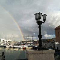 Bari, un arcobaleno per dare l'addio all'estate