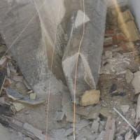 Taranto, crolla il solaio di un palazzo: grave una bambina, feriti anche