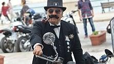L'eleganza sfila in moto con giacca e cravatta