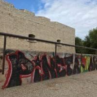 Barletta, il castello deturpato dalle scritte dei vandali: il raid sul parapetto