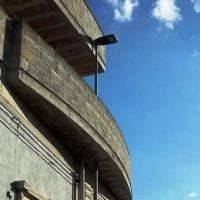 Salento, il palo intralciava: viene inglobato nel balcone