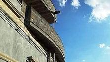 Salento, il palo intralcia: è inglobato nel balcone