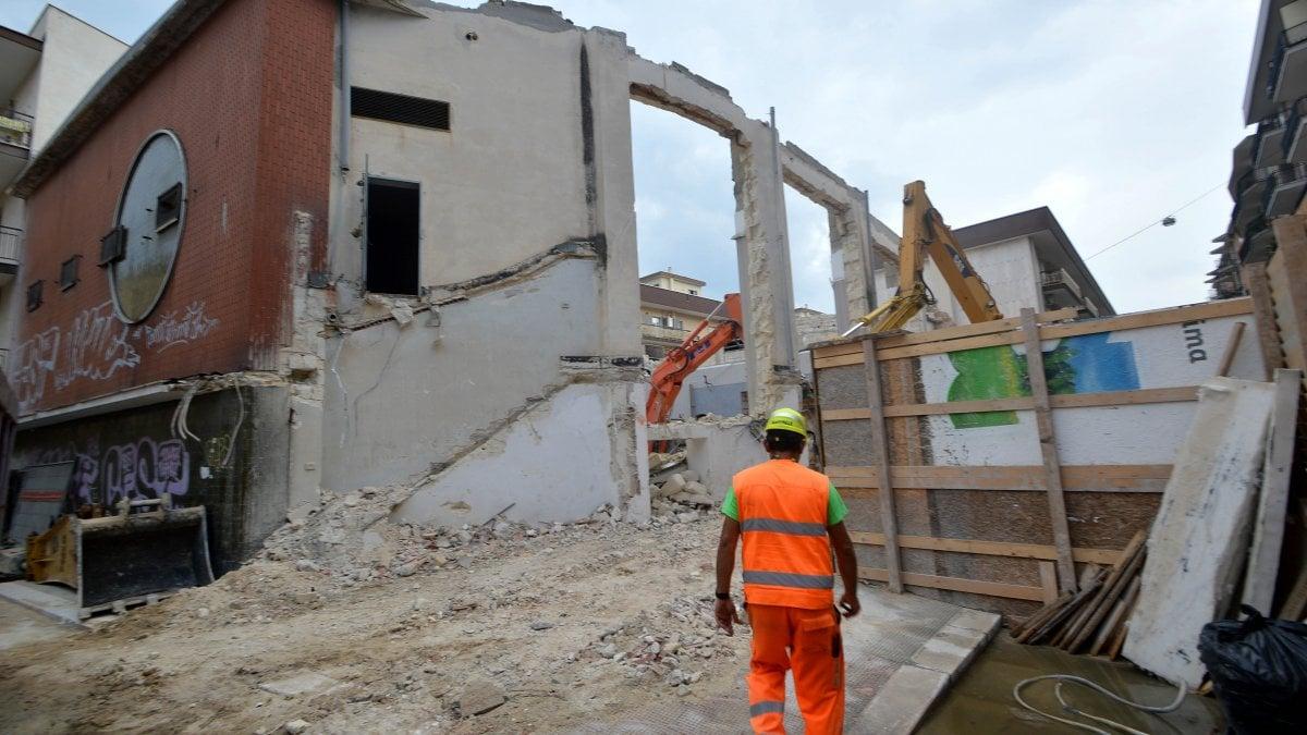 Bari l 39 ex cinema ambasciatori demolito per realizzare 16 for Subito it appartamenti arredati bari