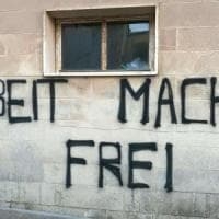 Salento, il centro per migranti come Auschwitz: sul muro compare la scritta 'Arbeit macht frei'