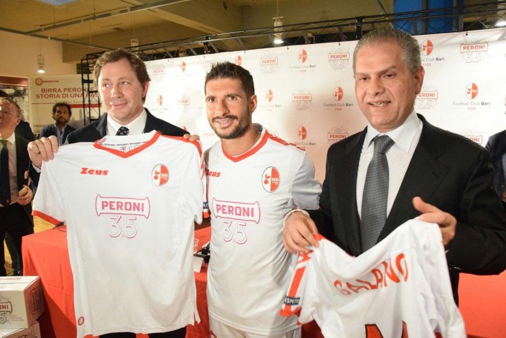 Calcio, le maglie del Bari con lo sponsor della Birra Peroni