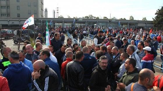 """Taranto, gli operai Ilva scioperano per 24 ore: """"Inaccettabili 3.300 esuberi"""""""