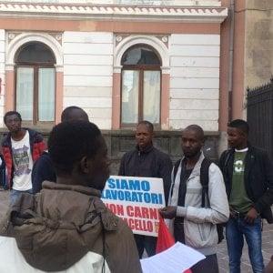 """Foggia, la protesta dei migranti in cattedrale: """"Viviamo nei campi in condizioni disumane"""""""
