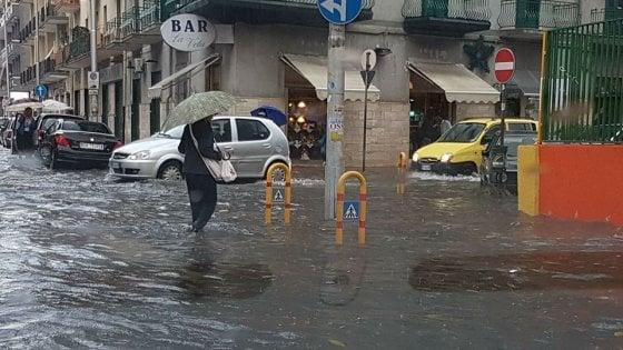 """Maltempo, Taranto si risveglia allagata: traffico in tilt. """"Evitate sottopassi e cantine"""""""
