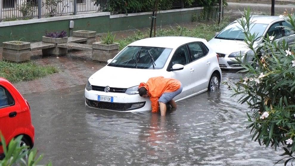 Taranto, strade allagate: auto in panne e disagi