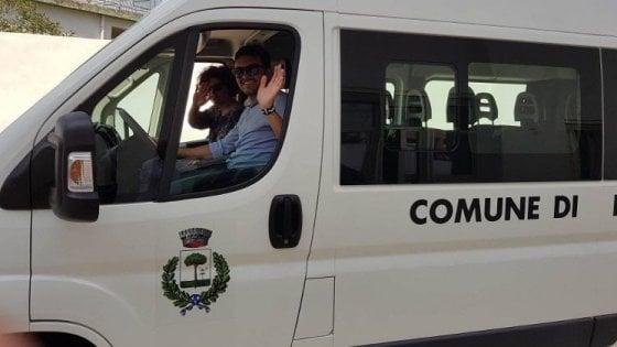 Salento, la scuola elementare è in un altro paese: il vicesindaco guida lo scuolabus con 7 bambini