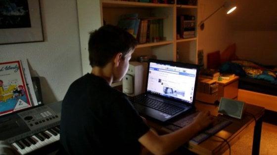 Lecce, dopo 3 anni di chat su Facebook scopre che il suo amante è una donna: scatta la denuncia