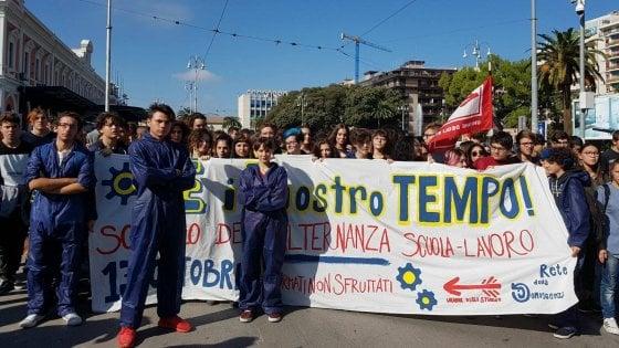 """Bari, 1.500 studenti in corteo con le tute blu da metalmeccanici: """"No all'alternanza scuola lavoro"""""""