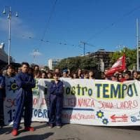 "Bari, 1.500 studenti in corteo con le tute blu da metalmeccanici: ""No all'alternanza..."