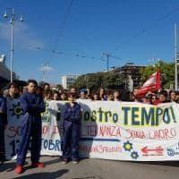 Bari, 1.500 studenti in corteo con le tute blu da metalmeccanici: