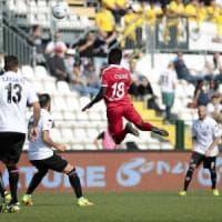 Calcio, Galano illude il Bari a Vercelli ma la sua doppietta non basta: