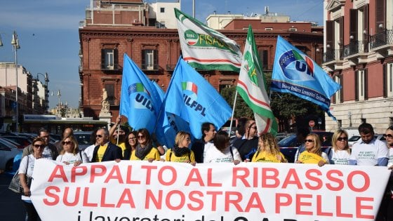 """Migranti, a Bari protestano i dipendenti del Cara: """"Rischiano il posto 170 di noi"""""""